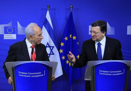 Israel's President Shimon Peres (L) holds a joint news conference with European Commission President Jose Manuel Barroso at the EC headquart