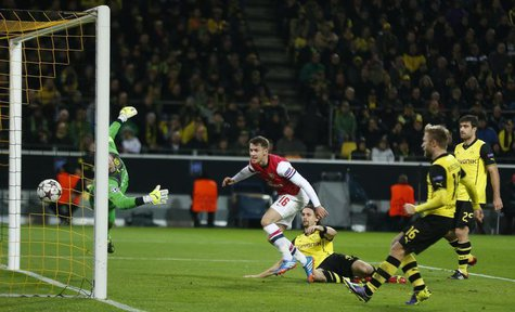 Arsenal's Aaron Ramsey (C) scores a goal past Borussia Dortmund's goalkeeper Roman Weidenfeller during their Champions League Group F soccer