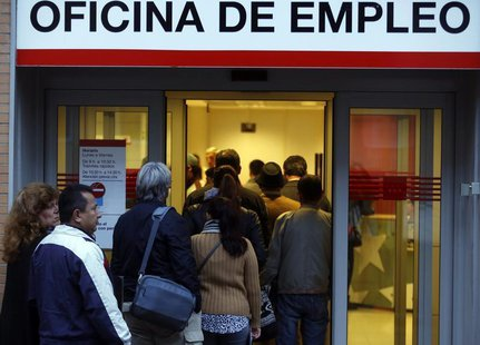 People enter a government-run employment office in Madrid October 24, 2013. REUTERS/Sergio Perez