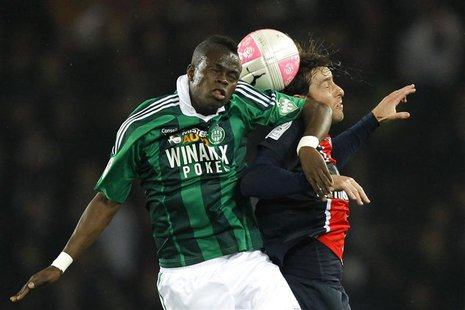 Paris St Germain's Maxwell (R) challenges Saint Etienne's Ismael Diomande during their French Ligue 1 soccer match at Parc des Princes stadi