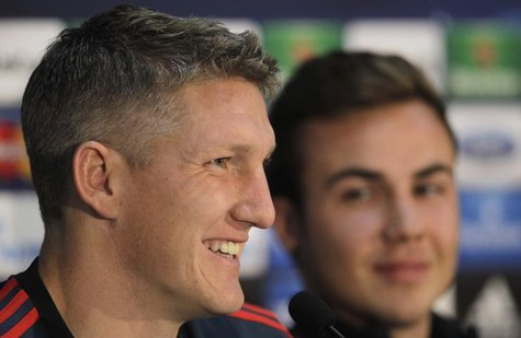 Bayern Munich's Bastian Schweinsteiger (L) and Mario Gotze attend a news conference in Plzen November 4, 2013. REUTERS/David W Cerny