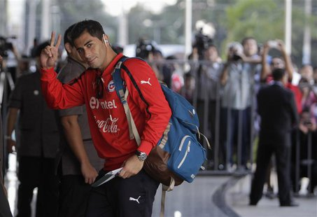 Chile's national soccer team player Johnny Herrera (C) arrives at Hotel Bourbon in Luque, near Asuncion June 6, 2013. Chile will face Paragu