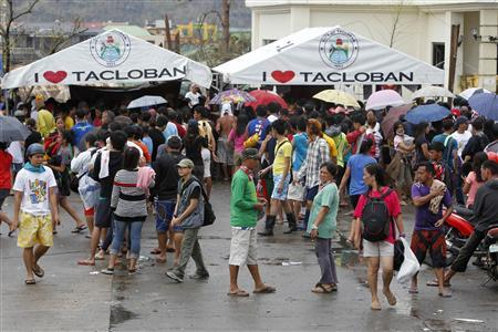 Residents gather to make free calls to their relatives after Typhoon Haiyan devastated Tacloban city, central Philippines November 12, 2013. CREDIT: REUTERS/ROMEO RANOCO