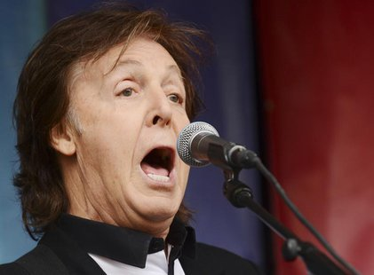 "Singer Paul McCartney performs during an impromptu concert to promote his album ""New"" at Covent Garden in London October 18, 2013. REUTERS/P"
