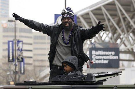 Baltimore Ravens safety Ed Reed waves to the crowd gathered on the team's parade route in Baltimore, Maryland February 5, 2013. REUTERS/Rich