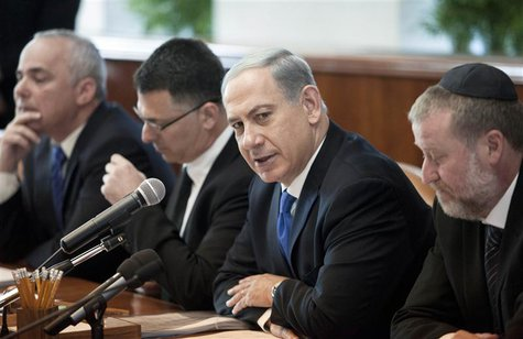 Israel's Prime Minister Benjamin Netanyahu (2nd R) attends the weekly cabinet meeting in Jerusalem November 17, 2013. REUTERS/Dan Balilty/Po