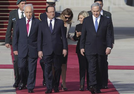 French President Francois Hollande (C) and his companion Valerie Trierweiler (3rd L) are welcomed by Israel's President Shimon Peres (L), Pr