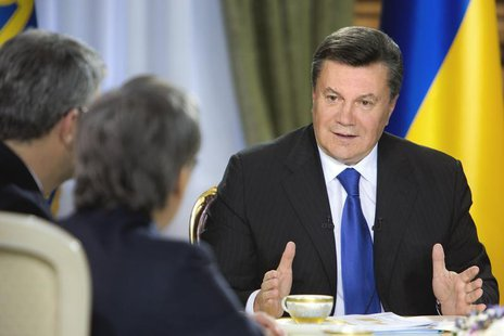 Ukraine's President Viktor Yanukovich (R) meets with journalists in Kiev, November 26, 2013. REUTERS/Mykhailo Markiv/Ukrainian Presidential
