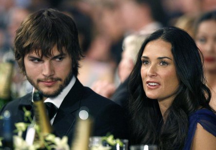 Actor Ashton Kutcher (L) sits with wife actress Demi Moore (R) at the 13th Annual Screen Actors Guild Awards in Los Angeles January 28, 2007