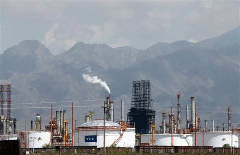 A refinery of petrol company YPF is seen in Lujan De Cuyo, in the Andean Argentine province of Mendoza January 22, 2013. REUTERS/Enrique Mar