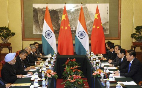 China's President Xi Jinping (R) talks with India's Prime Minister Manmohan Singh (L) during a meeting at the Diaoyutai State Guesthouse in