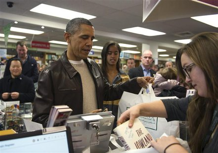 U.S. President Barack Obama shops with daughter Malia at Politics and Prose Bookstore and Coffeehouse in Washington, November 30, 2013. REUT