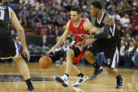 Nov 29, 2013; Sacramento, CA, USA; Los Angeles Clippers shooting guard J.J. Redick (4) controls the ball against Sacramento Kings shooting g