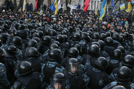 Police stand guard in front of protesters during a demonstration in support of EU integration in front of the Parliament building in Kiev De