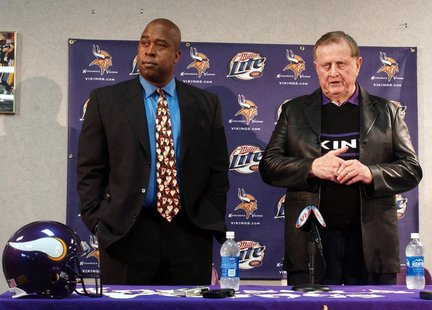 Minnesota Vikings owner Red McCombs (R) answers questions at a news conference announcing Arizona businessman Reggie Fowler's (L) intention