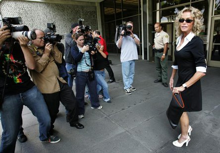 U.S. actress Farrah Fawcett (R) is surrounded by photographers as she arrives at Municipal Court to serve jury duty in Beverly Hills on July