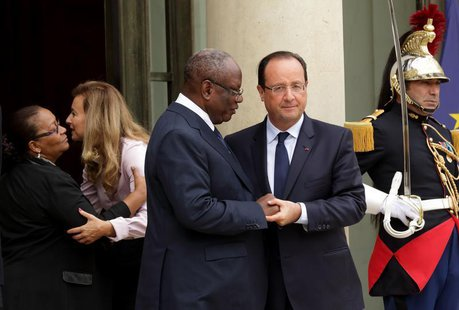 French President Francois Hollande (R) and his companion Valerie Trierweiler (2ndL) accompany Ibrahim Boubacar Keita (2ndR), President of Ma