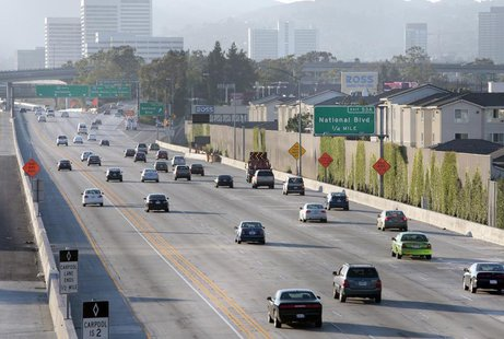 Traffic travels north on the 405 freeway just before the 10 freeway in Los Angeles, California July 15, 2011. REUTERS/Jason Redmond