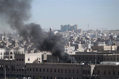 Smoke rises from the Defence Ministry's compound after an attack, in Sanaa December 5, 2013. REUTERS/Khaled Abdullah