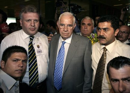 Soccer coach Luis Aragones (C) is surrounded by supporters and officials upon his arrival at Ataturk Airport in Istanbul July 3, 2008. REUTE