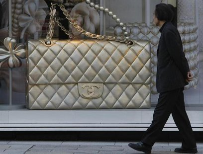 A man looks a display of a luxury brand in Tokyo December 3, 2008. REUTERS/Kim Kyung-Hoon