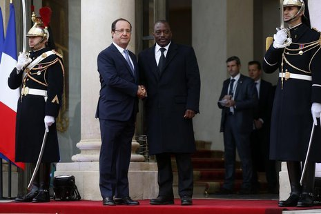 France's President Francois Hollande (L) greets Democratic Republic of Congo's President Joseph Kabila in the courtyard of the Elysee Palace