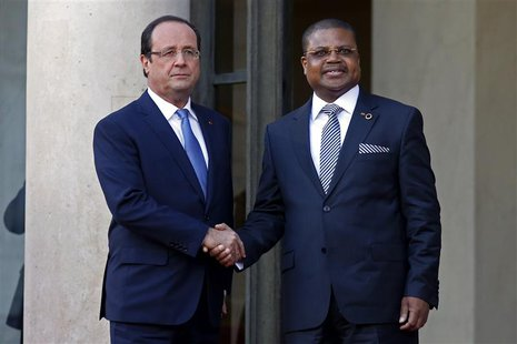 France's President Francois Hollande (L) greets Prime Minister of the Central African Republic Nicolas Tiangaye in the courtyard of the Elys
