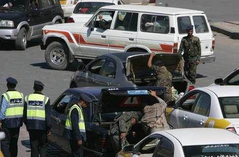Police troopers inspect cars at a checkpoint near the Defence Ministry compound in Sanaa December 7, 2013. REUTERS/Khaled Abdullah
