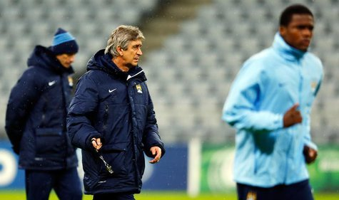 Manchester City's manager Manuel Pellegrini (C) conducts a training session in Munich December 9, 2013. REUTERS/Michael Dalder