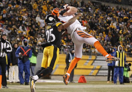 Dec 15, 2013; Pittsburgh, PA, USA; Cincinnati Bengals tight end Tyler Eifert (right) catches a touchdown pass against Pittsburgh Steelers fr