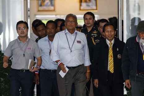 Anti-government protest leader Suthep Thaugsuban (C) leaves The Royal Thai Armed Forces Headquarters in Bangkok December 14, 2013. REUTERS/A