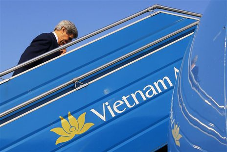 U.S. Secretary of State John Kerry boards his plane in Hanoi December 17, 2013. REUTERS/Brian Snyder