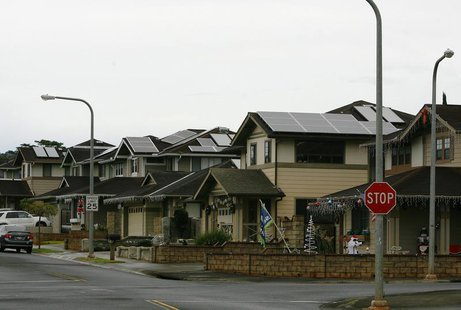 A view of houses with solar panels in the Mililani neighbourhood on the island of Oahu in Mililani, Hawaii, December 15, 2013. REUTERS/Hugh