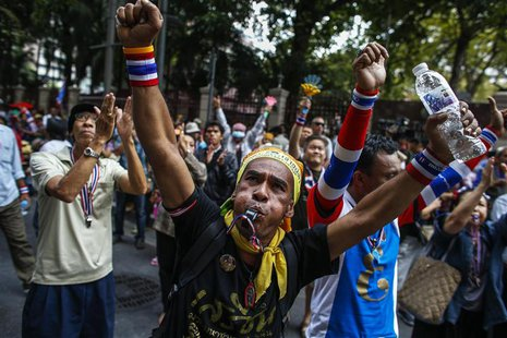 Anti-government protesters shout slogans during a rally at the Thai Police Headquarters in Bangkok December 18, 2013. Anti-government demons