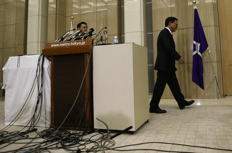 Tokyo Governor Naoki Inose (R) leaves a news conference at Tokyo Metropolitan Government Office in Tokyo December 19, 2013. REUTERS/Issei Ka