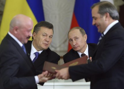 Russia's President Vladimir Putin (R, back) and his Ukrainian counterpart Viktor Yanukovich (L, back) attend a signing ceremony after a meet