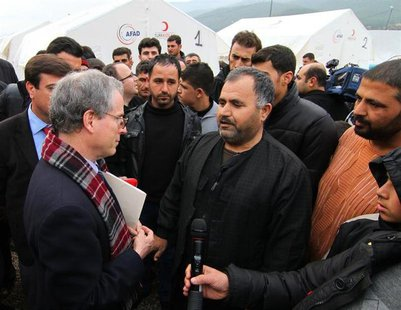 U.S. Ambassador to Syria Robert Ford (L) talks with Syrian refugees as he visits Islahiye refugee camp in Gaziantep province January 24, 201