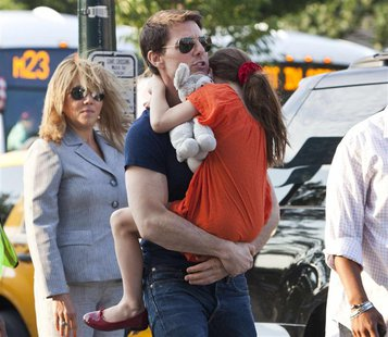 Actor Tom Cruise carries his daughter Suri into the Chelsea Piers sports facility in New York in this July 17, 2012 file photo. REUTERS/Andr
