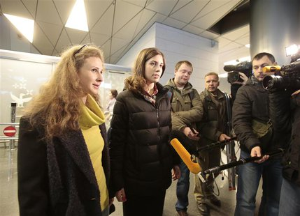 Pussy Riot members Nadezhda Tolokonnikova and Maria Alyokhina (L) talk to the media at Vnukovo airport in Moscow, December 27, 2013. REUTERS