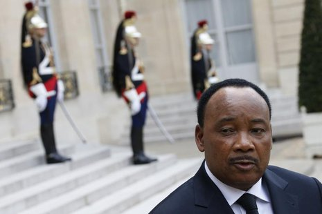 Niger's President Mahamadou Issoufou talks to journalists after a meeting with French President at the Elysee Palace in Paris May 10, 2013.