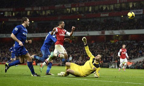 Arsenal's Theo Walcott (2nd R) shoots and scores past Cardiff City goalkeeper David Marshall (R) during their English Premier League soccer