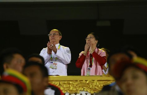 Myanmar's President Thein Sein and his wife Khin Khin Win clap during the closing ceremony of the 27th SEA Games in Naypyitaw December 22, 2