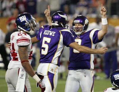 Minnesota Vikings kicker Ryan Longwell (R) celebrates with Chris Kluwe (5) as New York Giants cornerback Terrell Thomas (L) watches after Lo