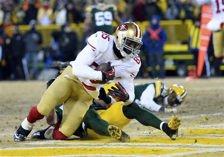 Jan 5, 2014; Green Bay, WI, USA; San Francisco 49ers tight end Vernon Davis (85) makes a touchdown catch against Green Bay Packers strong sa