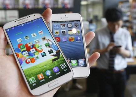 Samsung Electronics' Galaxy S4 (L) and Apple's iPhone 5 are seen in this file picture illustration taken in Seoul on May 13, 2013. REUTERS/K