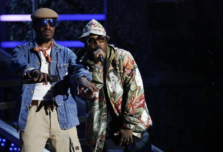 André 3000 and Big Boi of Outkast address the audience during the 2006 VH1 Hip Hop Honors ceremony in New York City October 7, 2006. REUTERS