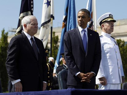 U.S. President Barack Obama (C) particpates in a farewell ceremony for retiring U.S. Defense Secretary Robert Gates (L) alongside Chairman o