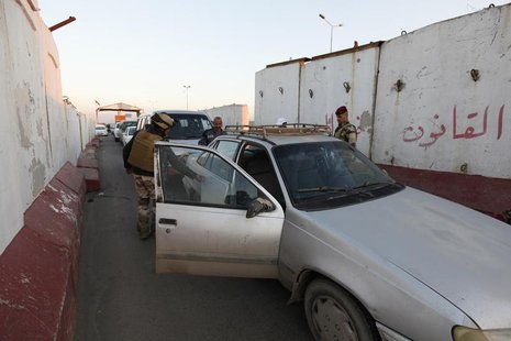 Iraqi soldiers search a vehicle at a check point in west of Baghdad, January 8, 2014. REUTERS/Ahmed Saad