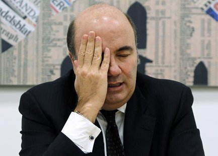 Banca Monte Paschi di Siena CEO Fabrizio Viola wipes his face as he speaks during a news conference in downtown Milan January 28, 2013. REUT