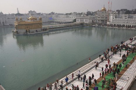 Devotees walk inside the complex of the holy Sikh shrine, the Golden Temple, in the northern Indian city of Amritsar January 14, 2014. REUTE